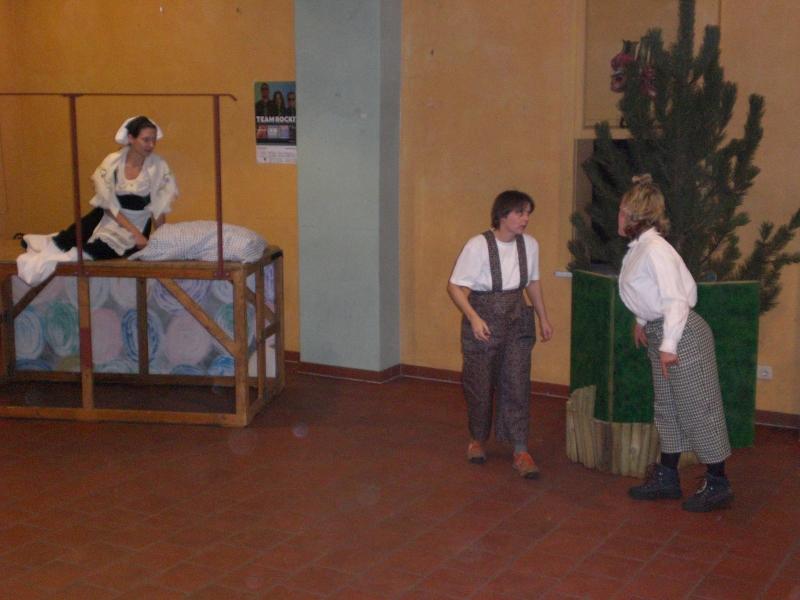 Von der Müllerstochter beobachtet und gewarnt, spielen Max und Moritz ihre Streiche.